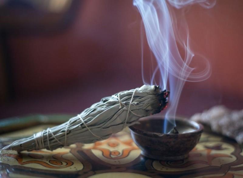 Read more about the article Grčka tradicija – Pročišćavanje vazduha u prostorijama dimom od žalfije
