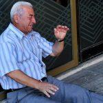 Slika grčkog penzionera kako plače ispred zatvorene banke